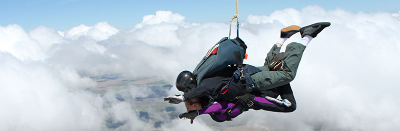 Side view of a tandem in freefall